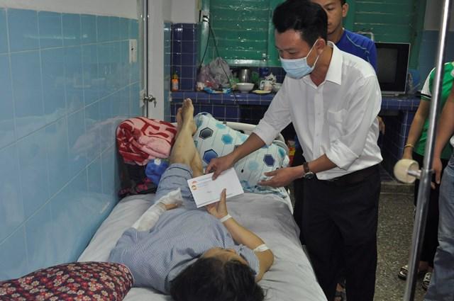 Trao tiền hỗ trợ của Ủy ban Trung ương MTTQ Việt Nam cho người bị thương