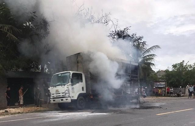 Phát hiện hỏa hoạn, lái xe đã điều khiển xe dừng vào lề đường.