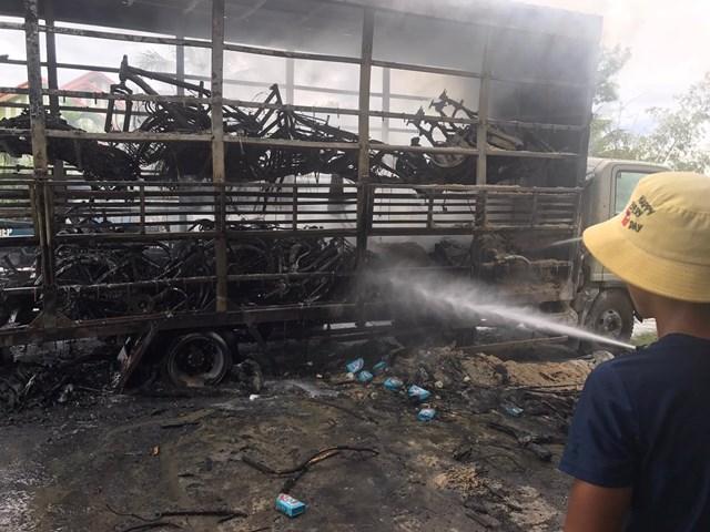 Vụ cháy đã gây thiệt hại lớn về hàng hóa và phương tiện điều khiển.