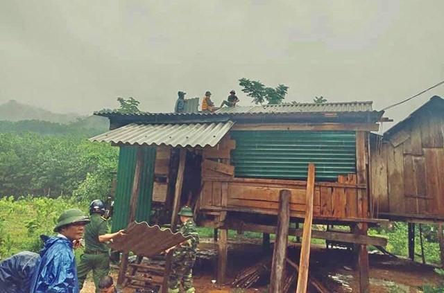 Các ban ngành, đoàn thể giúp người dân lợp lại mái nhà bị tốc mái.