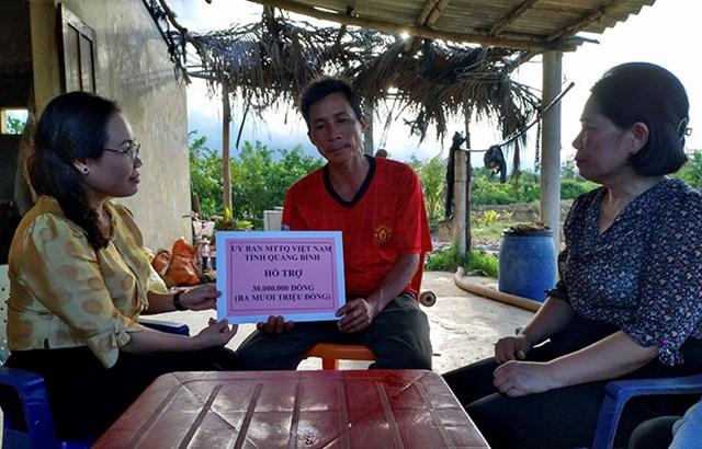 Bà Phạm Thị Hân trao hỗ trợ 30 triệu đồng cho gia đình ông Thuật.