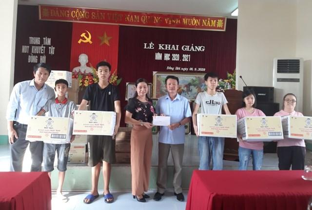 Ông Trần Quang Minh, Phó Chủ tịch Ủy ban MTTQ Việt Nam tỉnh Quảng Bình tặng quà Trung thu cho trẻ khuyết tật ở Đồng Hới.