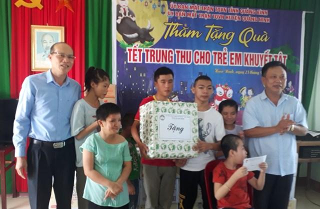 Tặng quà cho trẻ khuyết tật ở huyện Quảng Ninh.
