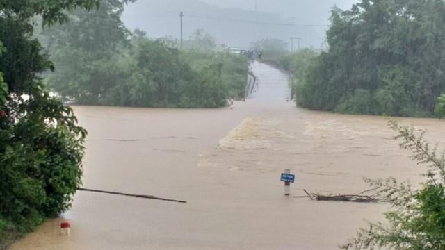 Nhiều địa phương ở Minh Hóa đã bị nước lũ chia cắt.