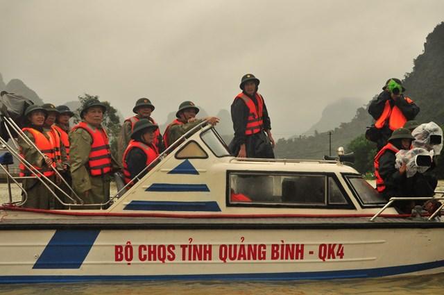 """Đoàn đi công tác vào """"rốn lũ"""" Tân Hóa (Minh Hóa, Quảng Bình)."""