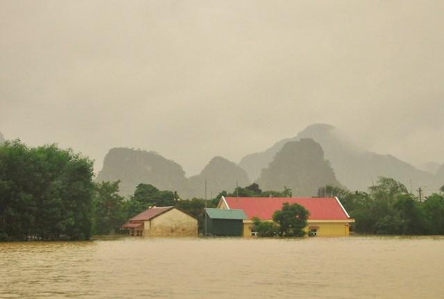 Nhiều ngôi nhà ở Tân Hóa bị ngập sâu.