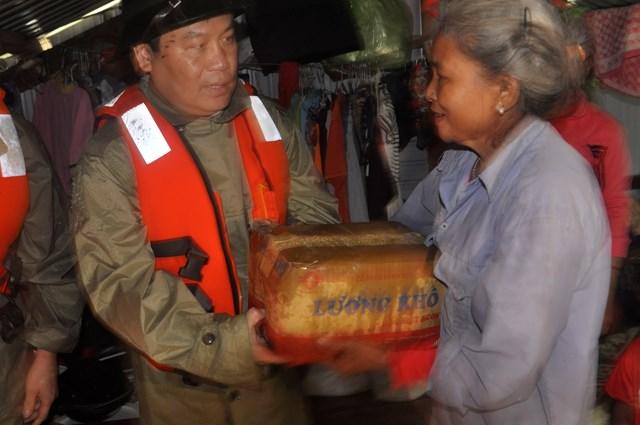 Bí thư Tỉnh ủy Quảng Bình trực tiếp lên nhà bè tránh lũ để thăm hỏi, tặng quà người dân.