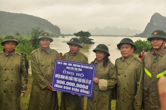 Đoàn công tác ủng hộ huyện Minh Hóa 500 triệu đồng khắc phục hậu quả lũ lụt.