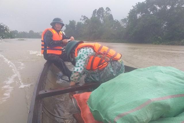 Nước lũ dâng cao trên địa bàn huyện Lệ Thủy.