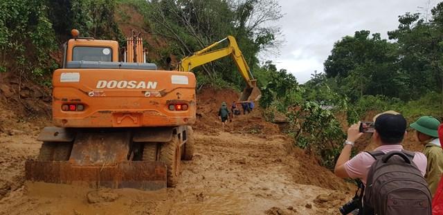 Đường vào vị trí sạt lở gặp nhiều khó khăn nên đoàn cứu hộ cứu nạn chưa tiếp cận hiện trường.