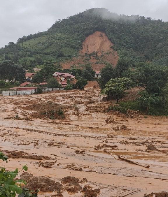 Hàng ngàn khối đất đá đổ ập xuống.