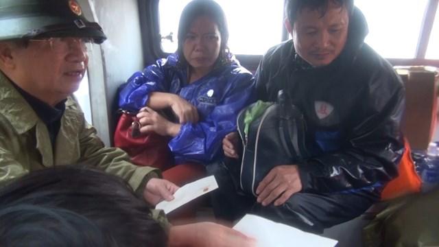 Phó Thủ tướng Trịnh Đình Dũng trong lúc đang chỉ đạo công tác phòng chống lũ lụt tại thị xã Ba Đồn đã đến thăm hỏi, động viên nạn nhân.