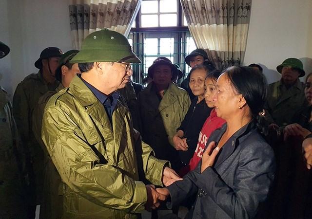 Trò chuyện với người dân xã Quảng Phong.