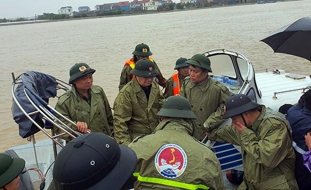 Phó Thủ tướng Chính phủ Trịnh Đình Dũng chỉ đạo công tác ứng cứu trên sông Gianh.