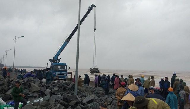 Huy động nhân dân gia cố kè biển ở xã Cảnh Dương.