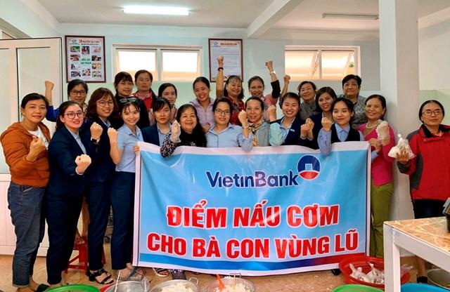 Cán bộ, nhân viên VietinBank Quảng Bình phối hợp nấu cơm cho bà con vùng lũ.