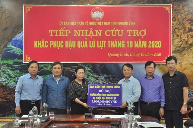 Phó Chủ tịch - Tổng Thư ký Hầu A Lềnh trao số tiền 5 tỷ đồng cho Quảng Bình, nguồn từ Ban Cứu trợ Trung ương.