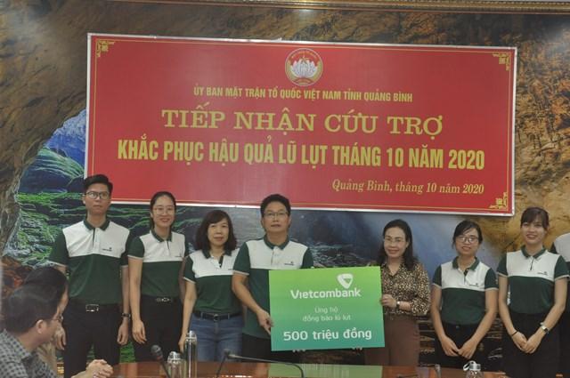 Mặt trận tỉnh Quảng Bình tiếp nhận ủng hộ đồng bào vùng lũ lụt.