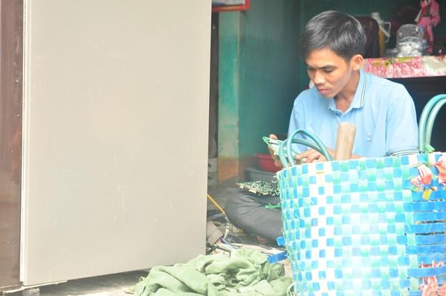 Một chiếc máy sấy tóc, một chiếc bàn chải đánh răng và sự nhiệt tình của mình, Thắng đã sửa đồ điện giúp người dân vùng lũ.