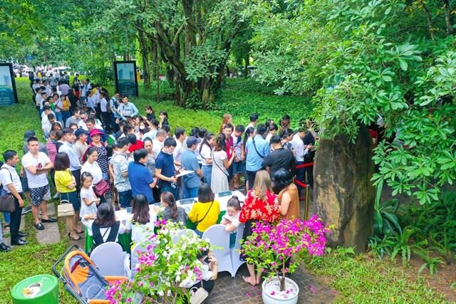Khảo sát thực tế, 7h30 sáng, mặc dù trời còn mưa, nhưng hơn 400 khách đã có mặt, xếp hàng check-in tại khu vực đăng ký tham quan nhà mẫu trong công viên mùa xuân.