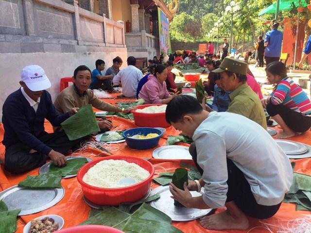 Hàng trăm người dân Xuân Du cùng chung tay gói bánh.
