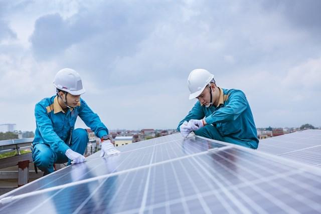 Nhân viên TCT Công trình lắp đặt tấm năng lượng mặt trời cho khách hàng