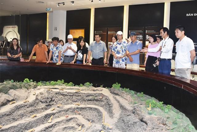 Các đại biểu tham quan, học hỏi kinh nghiệm tại Bảo tàng Quảng Ninh. Ảnh: Trung Quân.