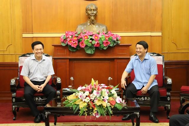 Phó Chủ tịch – Tổng Thư ký Hầu A Lềnh trò chuyện cùng GS. TSKH Nguyễn Thế Hoàng, Phó Giám đốc Bệnh viện Trung ương Quân đội 108. Ảnh: Trung Quân.