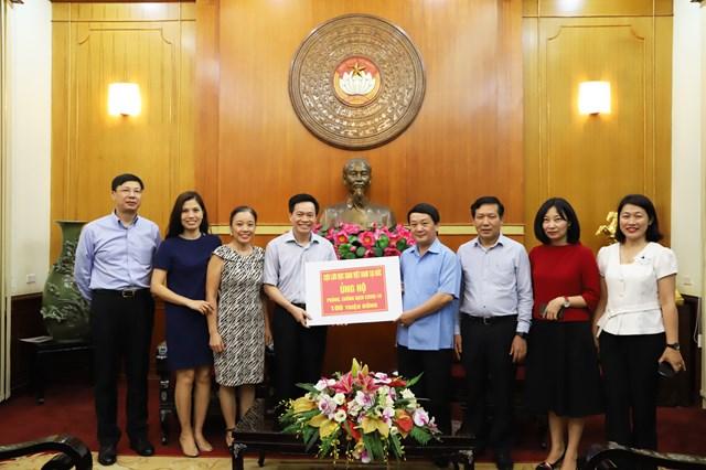 Phó Chủ tịch - Tổng Thư ký Hầu A Lềnh tiếp nhận ủng hộ từ các cựu lưu học sinh Việt Nam tại Đức. Ảnh: Trung Quân.