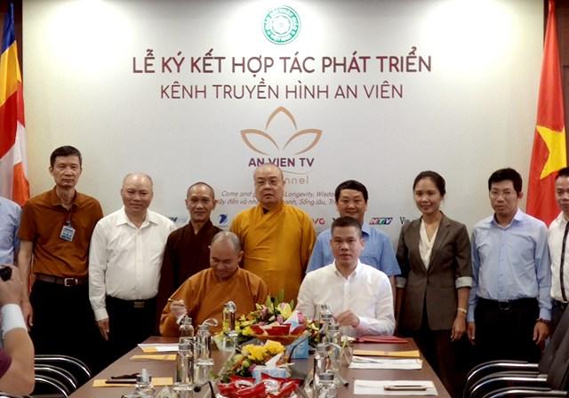 Các đại biểu tham gia ký kết hợp tác phát triển kênh truyền hình An Viên.