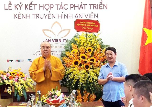 Phó Chủ tịch – Tổng Thư ký UBTƯ MTTQ Việt Nam Hầu A Lềnh tặng hoa chúc mừng GHPG Việt Nam.