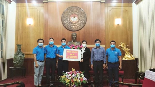 Phó Chủ tịch Trương Thị Ngọc Ánh tiếp nhận ủng hộ từ Hội hoa lan Đất Tổ. Ảnh: Trung Quân.