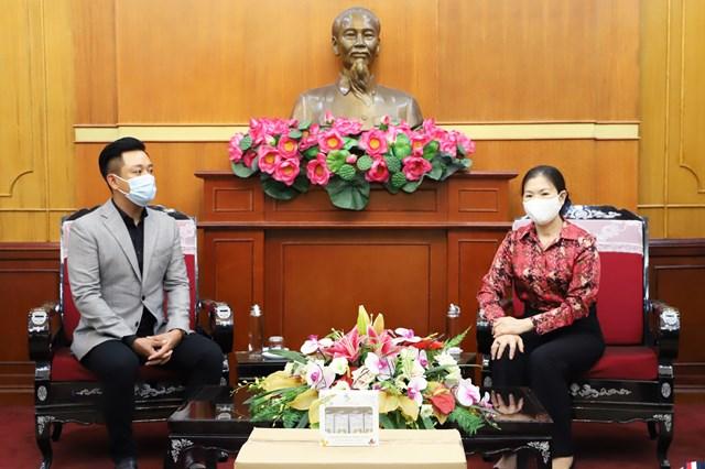 Phó Chủ tịch Trương Thị Ngọc Ánh trò chuyện cùng Ca sĩ Tuấn Hưng. Ảnh: Trung Quân.