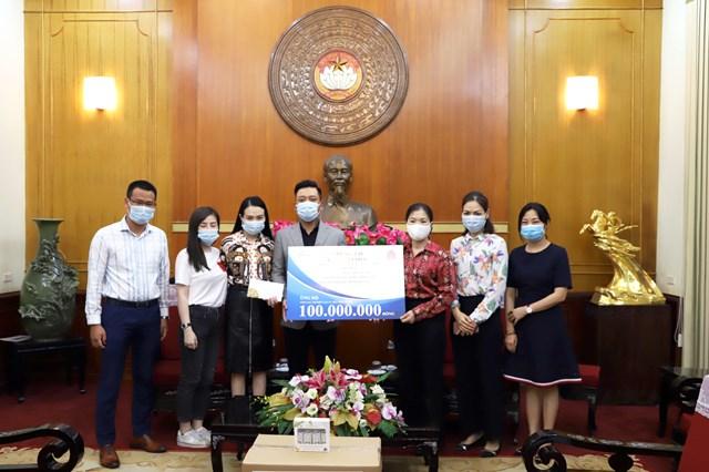 Phó Chủ tịch Trương Thị Ngọc Ánh tiếp nhận ủng hộ từ Ca sĩ Tuấn Hưng. Ảnh: Trung Quân.