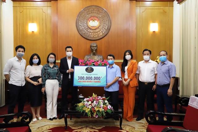 Phó Chủ tịch - Tổng Thư ký Hầu A Lềnh tiếp nhận ủng hộ từ ca sĩ Duy Chinh và những người bạn. Ảnh: Trung Quân.