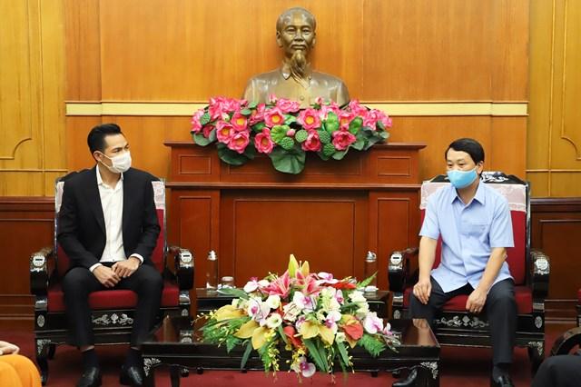 Phó Chủ tịch - Tổng Thư ký Hầu A Lềnh trò chuyện cùng ca sĩ Duy Chinh. Ảnh: Trung Quân.