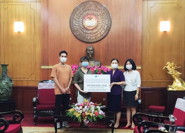 Phó Chủ tịch Trương Thị Ngọc Ánh tiếp nhận ủng hộ từ Công ty Cổ phần Next Media và các cầu thủ.