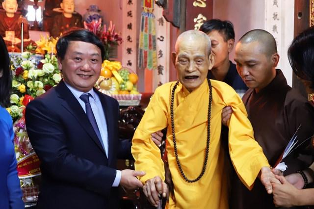 Phó Chủ tịch - Tổng Thư ký Hầu A Lềnh cùng Đại lão Hòa thượng Thích Phổ Tuệ.