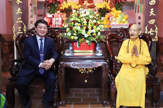 Phó Chủ tịch - Tổng Thư ký Hầu A Lềnh trò chuyện cùng Đại lão Hòa thượng Thích Phổ Tuệ.