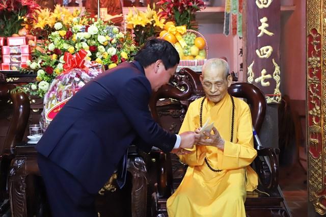 Phó Chủ tịch - Tổng Thư ký Hầu A Lềnh tặng quà Đại lão Hòa thượng Thích Phổ Tuệ.