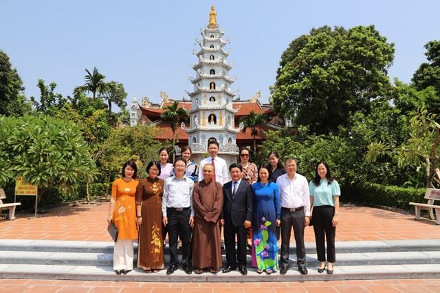 Các đại biểu chụp ảnh lưu niệm tại chùa Viên Minh.