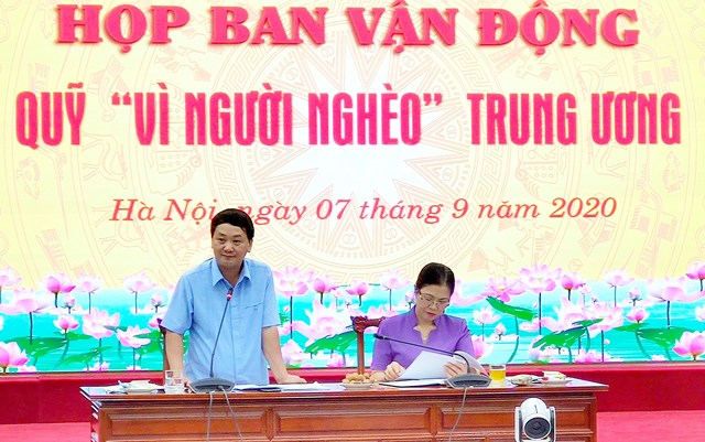 Phó Chủ tịch – Tổng Thư ký Hầu A Lềnh phát biểu tại cuộc họp.
