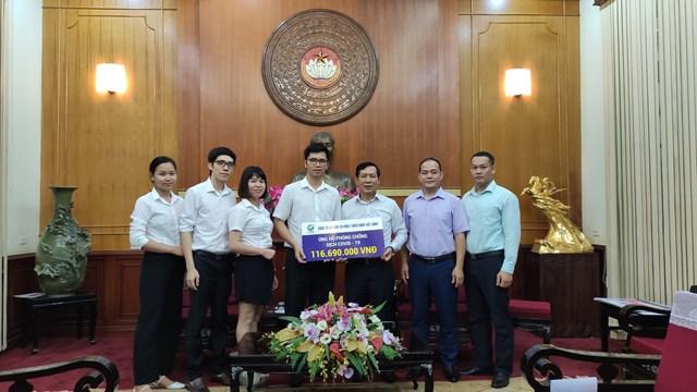 Ông Trần Văn Sinh, Trưởng Ban Phong trào UBTƯ MTTQ Việt Nam tiếp nhận ủng hộ từ Công ty Cổ phần Đầu tư và phát triển máy Việt Nam.