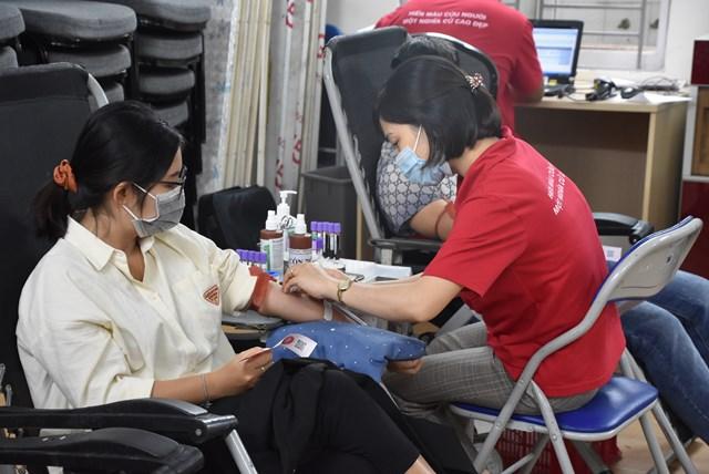 Các tình nguyện viên tham gia hiến máu sau khi hoàn tất các thủ tục kiểm tra sức khỏe.
