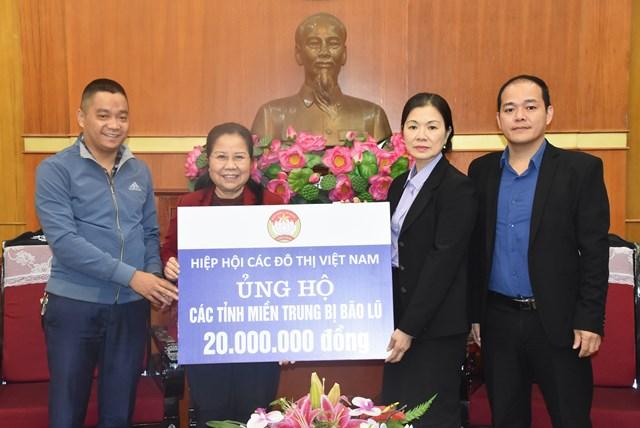 Phó Chủ tịch Trương Thị Ngọc Ánh tiếp nhận ủng hộ từ Hiệp hội các Đô thị Việt Nam.