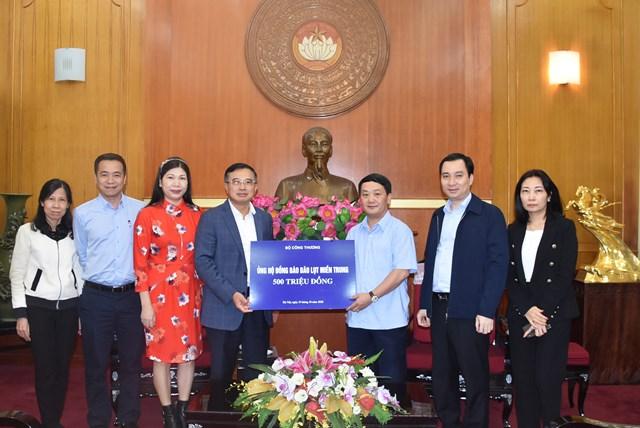 Phó Chủ tịch - Tổng Thư ký Hầu A Lềnh tiếp nhận ủng hộ từ Bộ Công Thương.