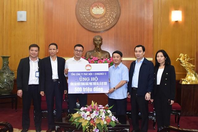 Phó Chủ tịch - Tổng Thư ký Hầu A Lềnh tiếp nhận ủng hộ từ Tổng công ty Phát điện 1.