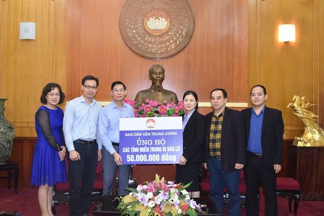 Phó Chủ tịch Trương Thị Ngọc Ánh tiếp nhận ủng hộ từ Ban Dân vận Trung ương.