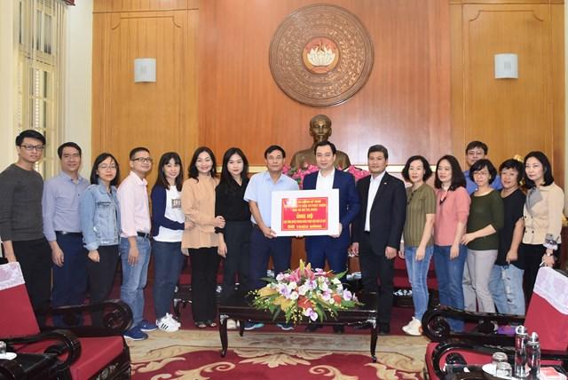 Trưởng ban Tuyên giáo UBTƯ MTTQ Việt Nam Vũ Văn Tiến tiếp nhận ủng hộ từ Chi bộ tài chính kế toán Tổng Công ty Đầu tư Phát triển nhà và đô thị.