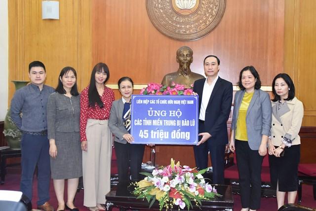Phó Chủ tịch Phùng Khánh Tài tiếp nhận ủng hộ từ Liên hiệp các tổ chức hữu nghị Việt Nam.
